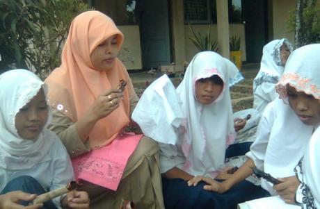 Dipandu guru Seni Budaya (Ibu Erlin S., S. Pd.), Siswa Praktek Membuat Batik